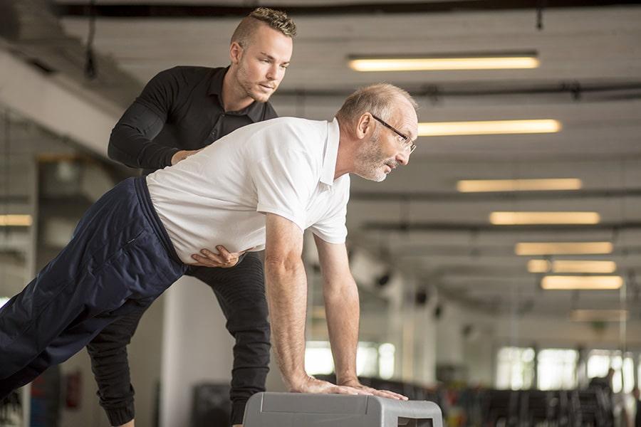 Trainer und älterer Herr beim Medical Training im Intenso Darmstadt