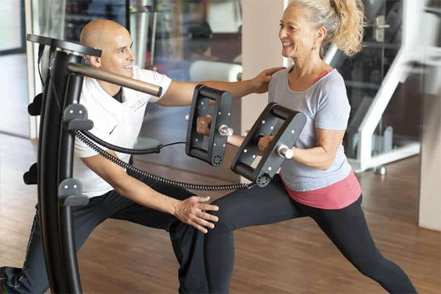 Frau mit einem Trainer beim Galileo Vibrationstraining im Fitnessstudio Darmstadt
