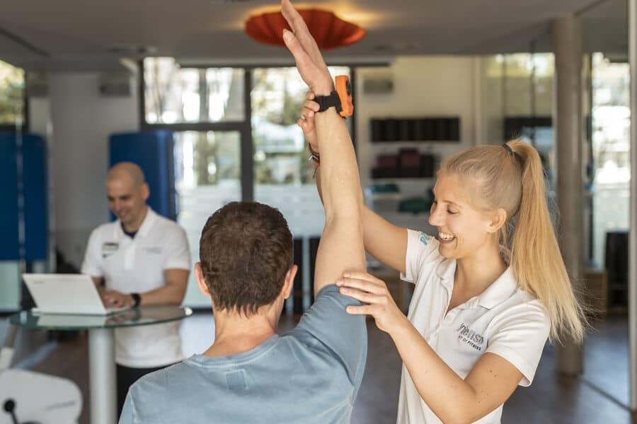 Mann und Therapeutin bei der Beweglichkeitsanalyse