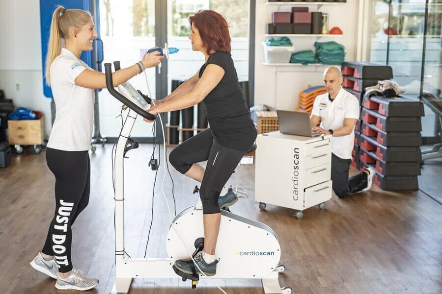 Frau bekommt eine Leistungsdiagnostik von zwei Trainern im Medical Fitnessstudio Darmstadt
