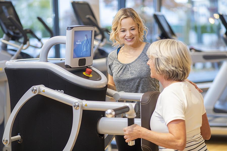 Frau und Trainerin beim 50+ Training am Gerät im Medical Fitness Darmstadt