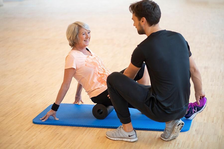 Ältere Dame beim Präventionstraining mit einem Trainer im intenso Darmstadt