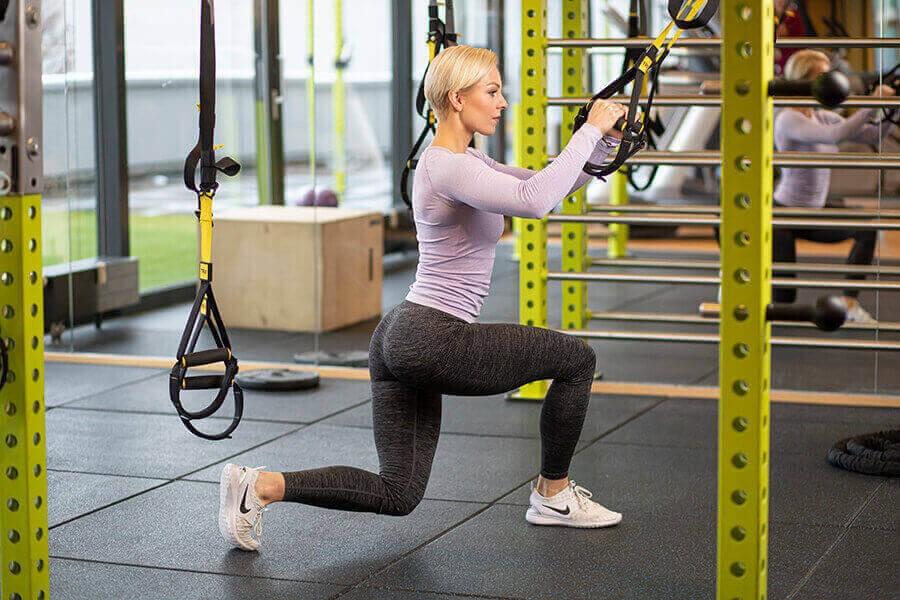Frau beim TRX Training im intenso