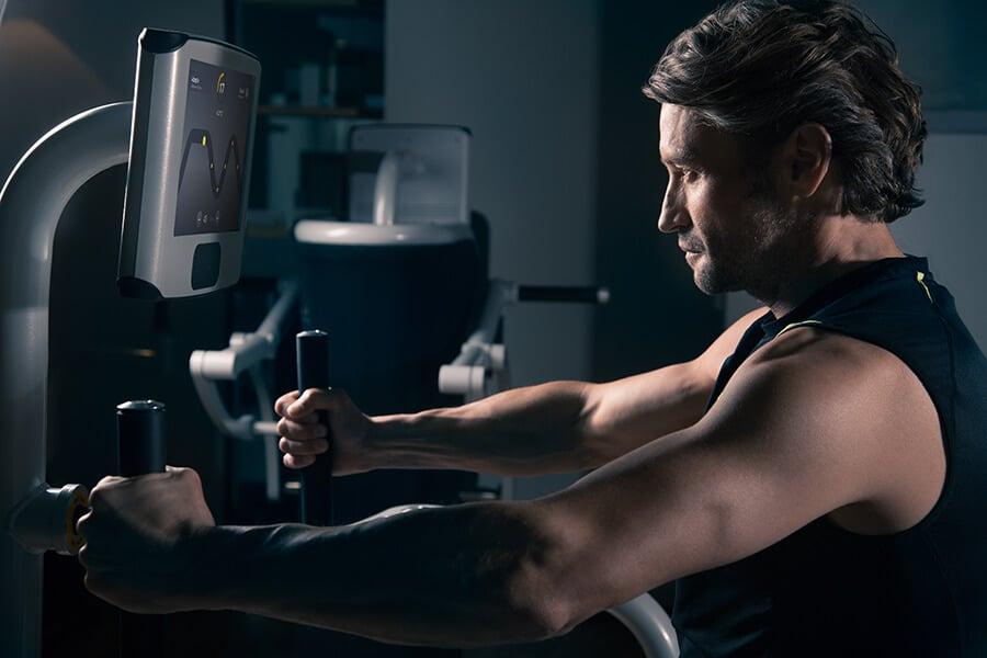 Mann beim trainieren mit dem egym Immunity Boost Programm im intenso darmstadt
