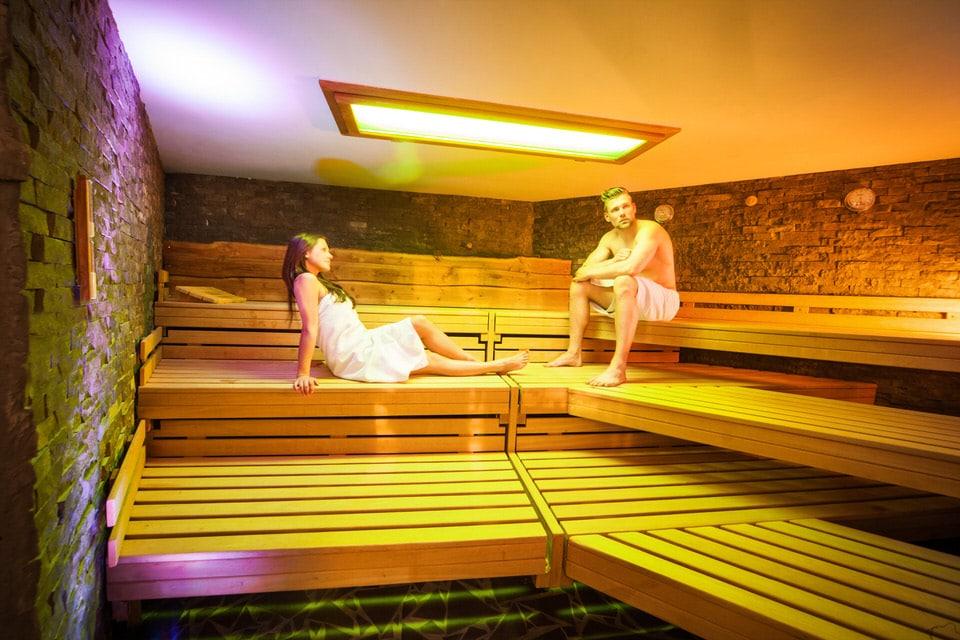Mann und Frau in der Finnischen Sauna im intenso Medical Fitness Darmstadt