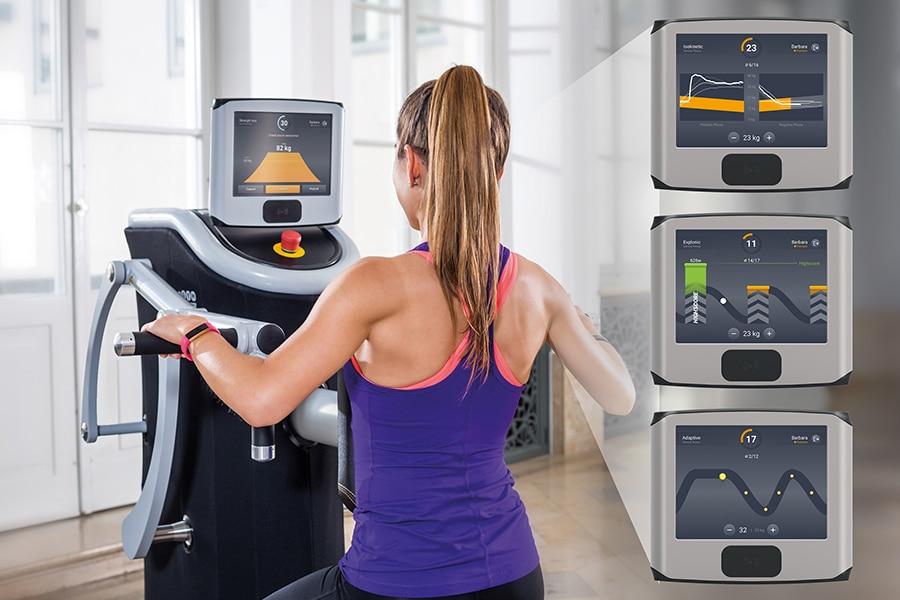 Frau beim Training am vollelektronischen egym Gerät
