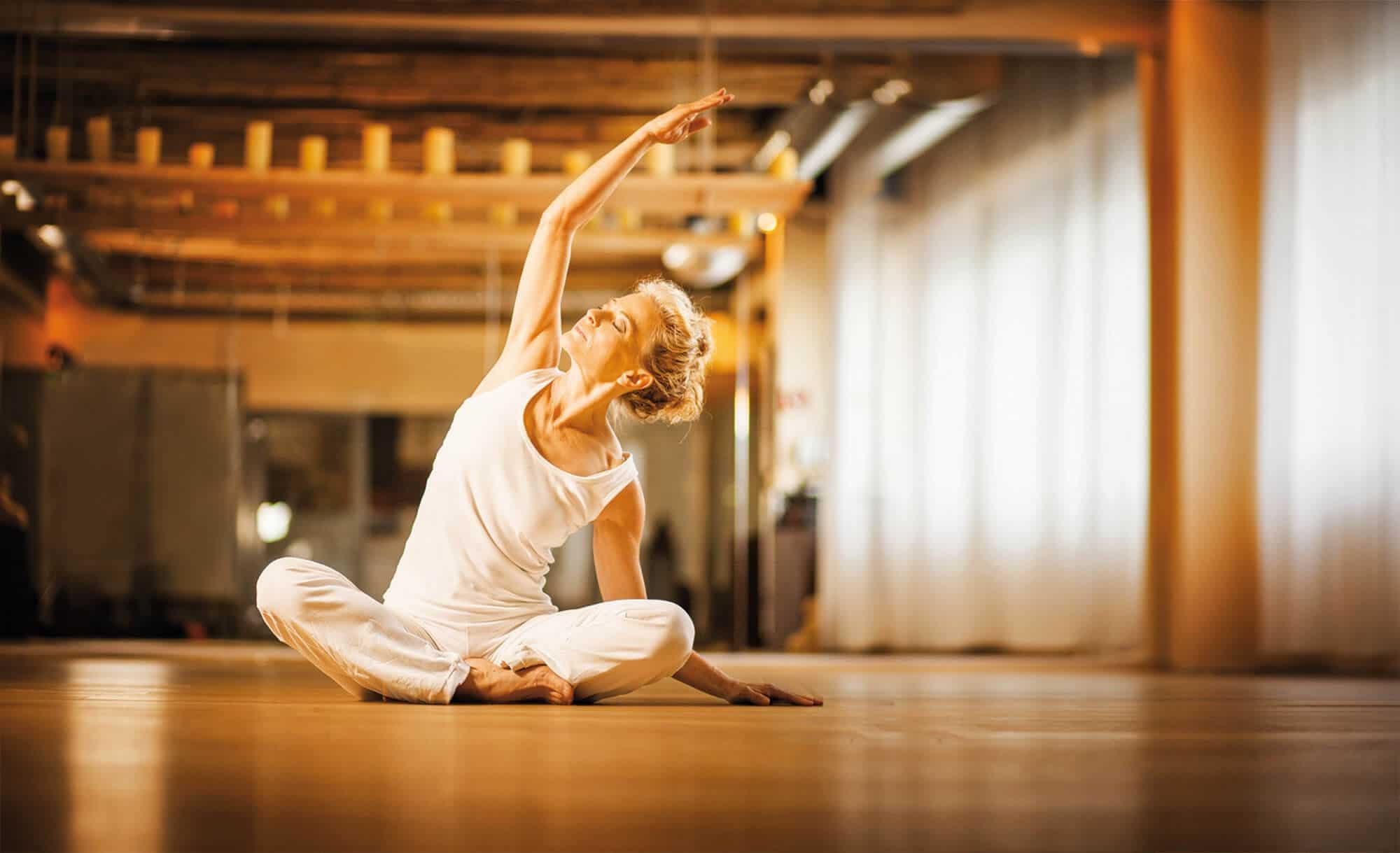 Frau beim meditativen Yogakurs im intenso medical fitness Darmstadt