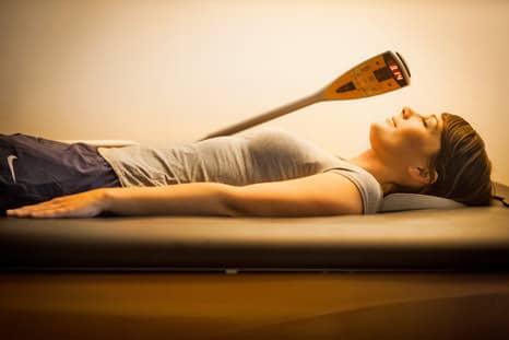 Entspannte Frau bei der Wasserbettmassage im Intenso Medical Fitness Darmstadt