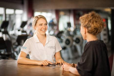 Frau beim Beratungsgespräch im intenso Medical Fitness Darmstadt