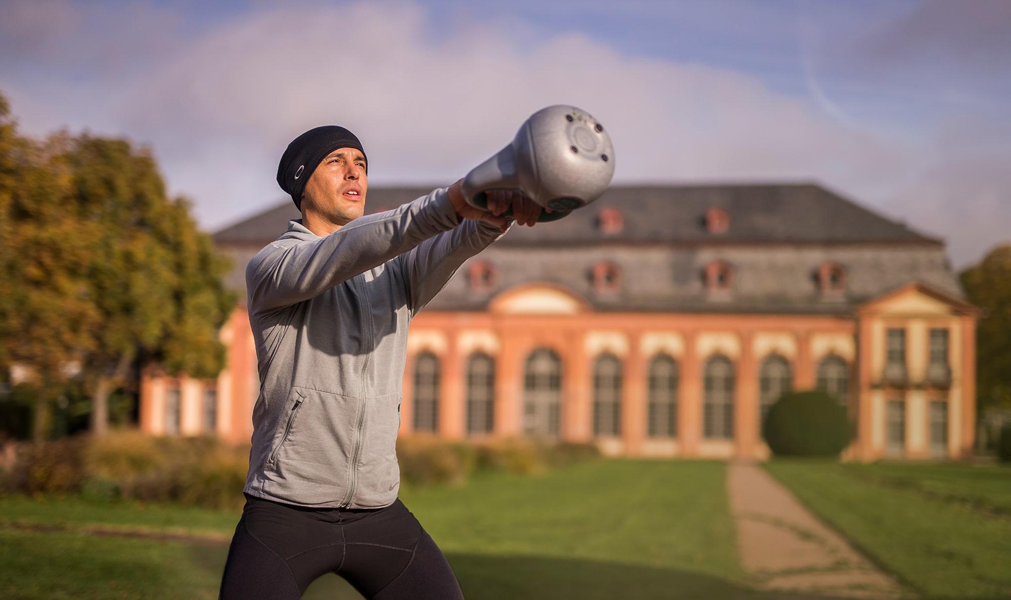 Mann beim intenso Outdoortraining in der Orangerie Darmstadt