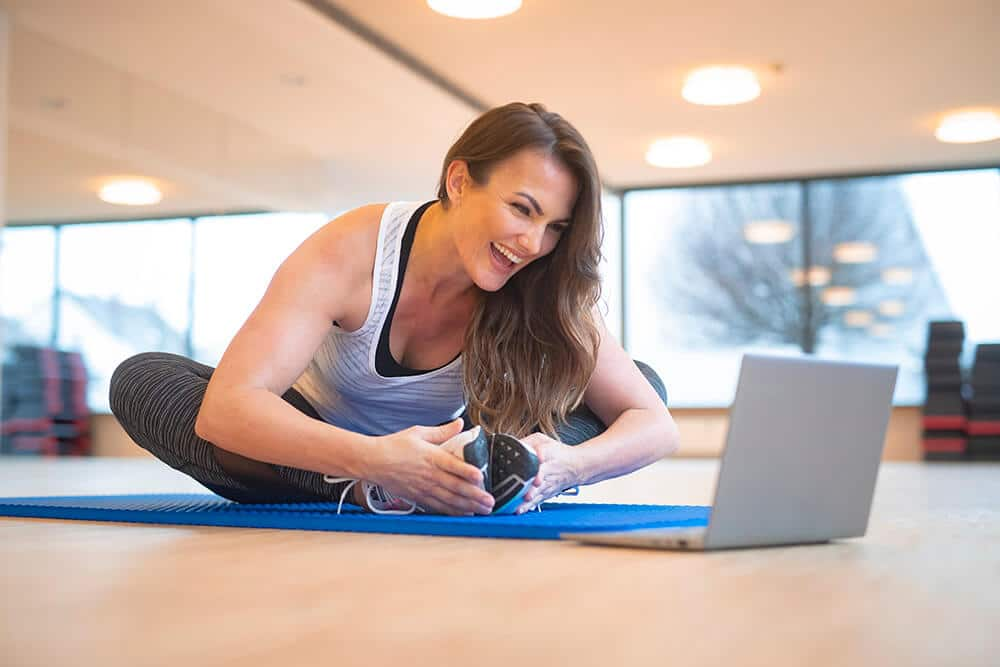 Frau beim Trainieren mit den Onlinekursen von BodyCulture2GO